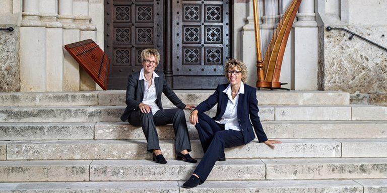 Sabine Schmid und Eva Kastner spielen mit Harfe und Hackbrett im Königlichen Kurhaus Bad Reichenhall